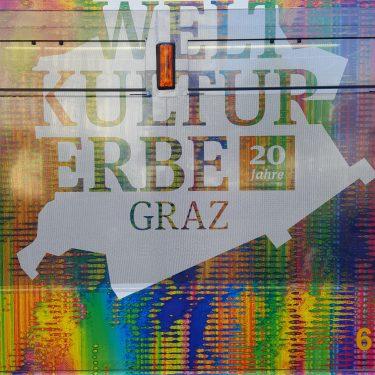 Das UNESCO Logo 20 Jahre Weltkulturerbe Graz auf der UNESCO Strassenbahn